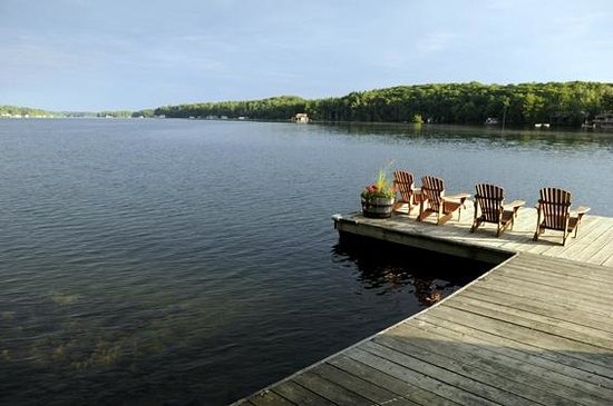 Sherwood Inn: Muskoka Chairs on the dock