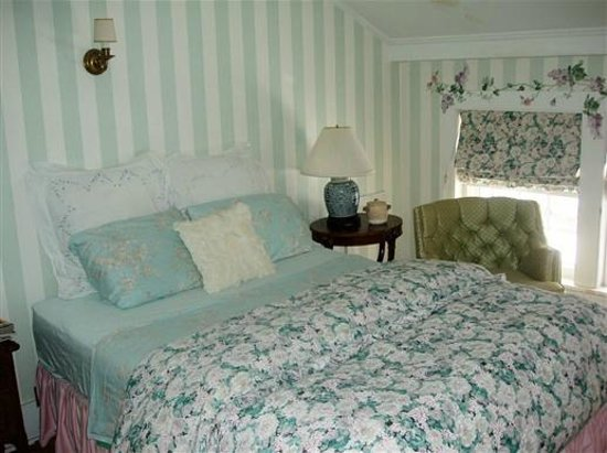Kilburn Manor : The French Room Queen Size