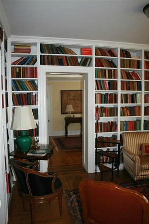 Kilburn Manor : Library looking into its accompanying bedroom