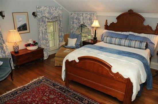 Kilburn Manor : The Judge's Suite  Queen Size