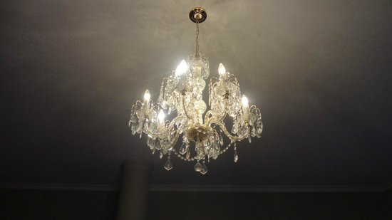 Christie's Mill Inn and Spa : chandelier in bedroom