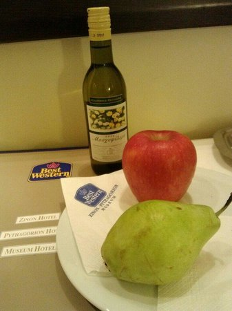 BEST WESTERN Museum Hotel : A little complimentary wine and fruit awaiting you in the room upon check-in.