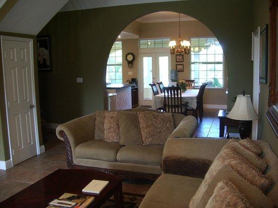 Shangri-La Bed & Breakfast : Main living room