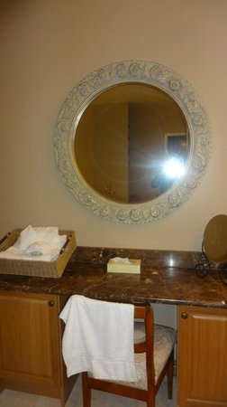 Christie's Mill Inn and Spa: washroom mirror