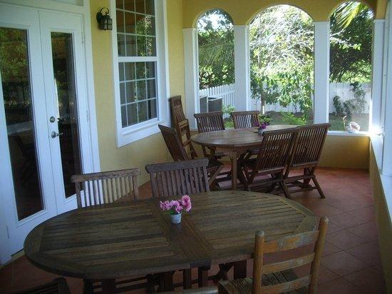 Shangri-La Bed & Breakfast : Poarch eating area
