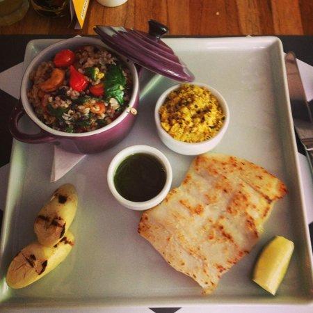 Le Manjue Organique: Pirarucu e palmito pupunha grelhados, farofa de granola e chia, arroz cateto com couve, etc