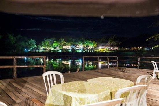 Unai: Vista da churrasqueira e do lago.