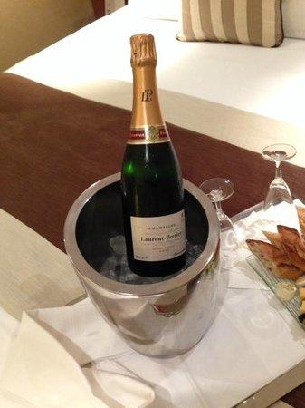 Mercure Paris Opera Garnier : Champagne servido no quarto