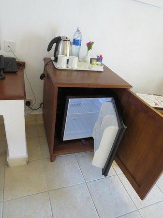 Pinewood Beach Resort & Spa: mini bar VIDE mais café et thé à disposition avec bouilloire