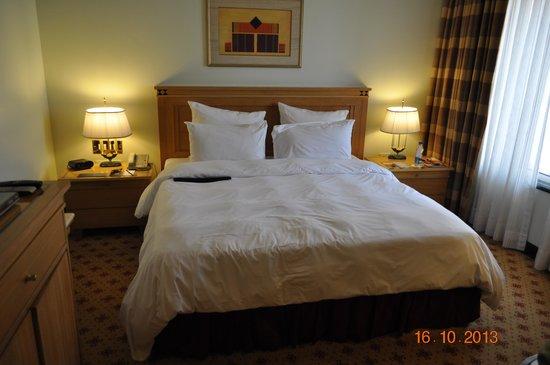 Sheraton Grand Pune Bund Garden Hotel: Comfortable bed