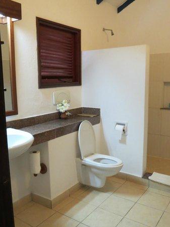 Pinewood Beach Resort & Spa: salle de bain