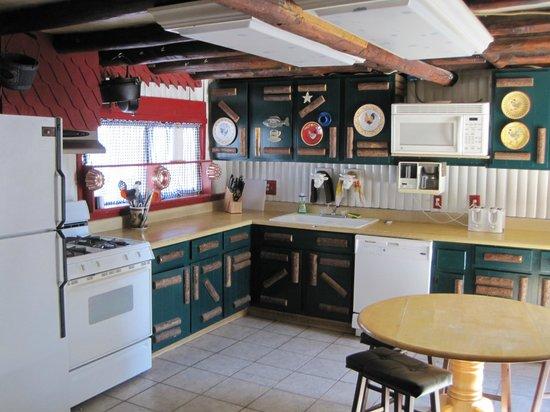 Mountain Lakes Lodge: Full Kitchen in The Farm House