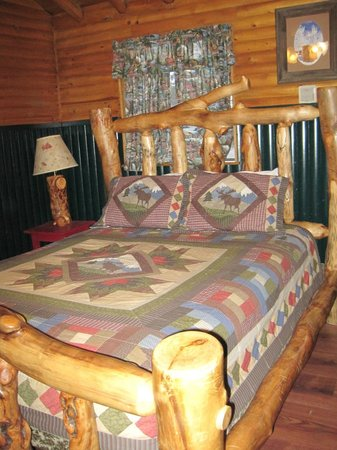 Mountain Lakes Lodge: Gorgeous Log Bed in Fort Moose
