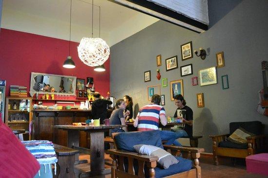 El Viajero Hostel Suites Colonia: sala de estar e café