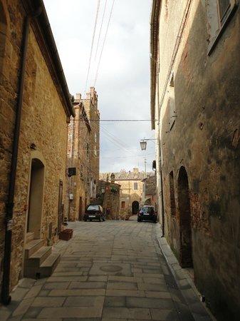 Palazzo Brandano: Typical Petroio street