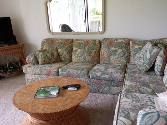 Wailea Grand Champions Villas: Living room (spaciously dated).