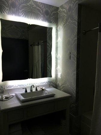 The Silversmith Hotel: Bathroom sink