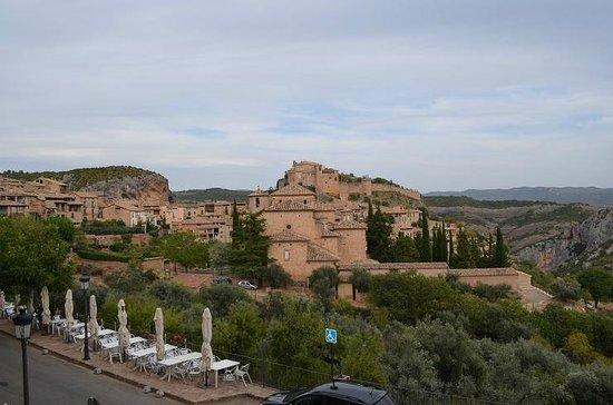 Hotel Santa Maria de Alquezar: cidade vista do nosso quarto
