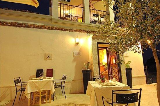 The Olive Inn : ext sera