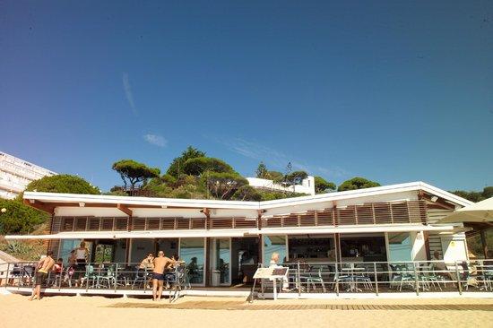 Beach Caffe: Modrne Strandbar am Oura Strand