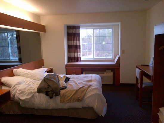 Microtel Inn & Suites by Wyndham Rice Lake: Suite at back of building