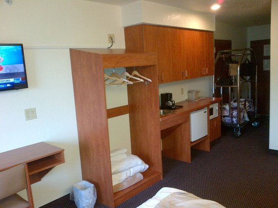 Microtel Inn & Suites by Wyndham Rice Lake: Suite with frig, microwave and sink