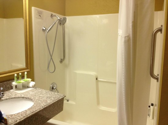 Days Inn & Suites Tahlequah: clean tub