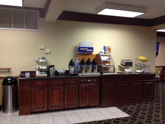 Days Inn & Suites Tahlequah: breakfast bar