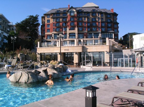 Oak Bay Beach Hotel: view from the pool as we enjoyed the mineral baths