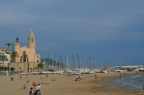 Hotel Platjador: praia e igreja