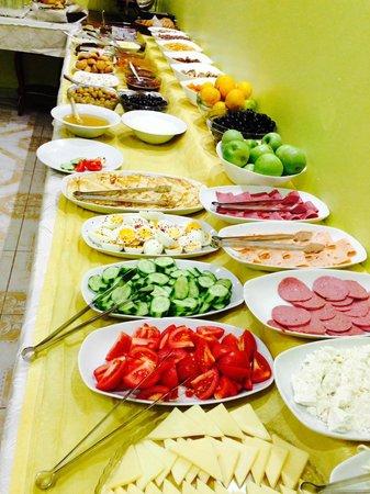 Basileus Hotel: Breakfast Table