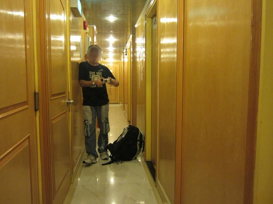 "Kowloon New Hostel: Вот такой коридор на этаже после ""входа"" в хостел"