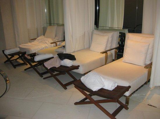Le Metropolitan, a Tribute Portfolio Hotel : beds around pool area