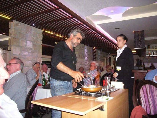 Neos Sports Club: Stavros cooking the steak