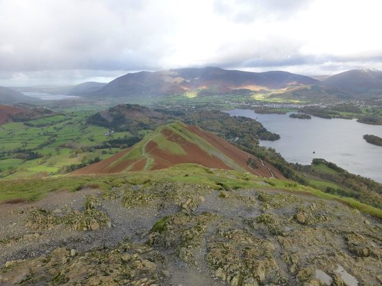 Catbells Lakeland Walk: Bull Cragg looking north Cat Bells in the foreground & Derwent Water & Kewick in the back gr