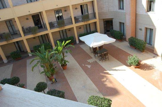 Holiday Inn Express Rome - San Giovanni: Internal courtyard