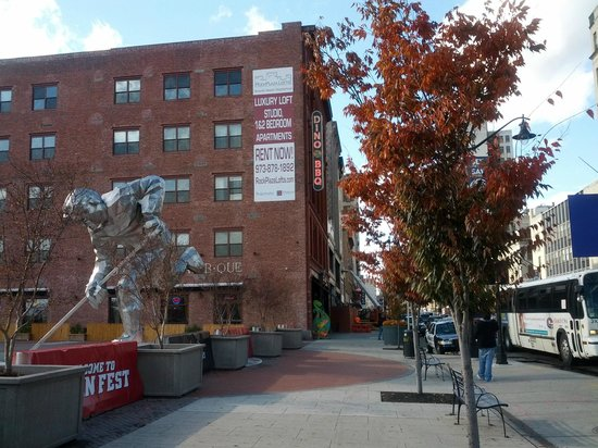 Courtyard Newark Downtown : Side of Dinosaur BBQ and Devils Fan Zone