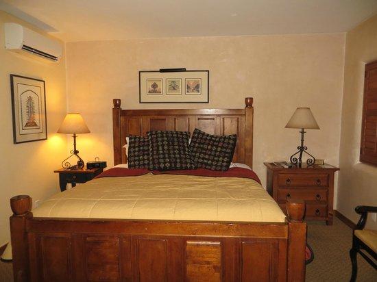 Old Santa Fe Inn: Large, comfy king bed