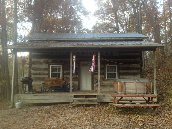 South Bloomingville, OH: Old Glory Log Cabin