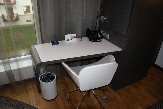 Radisson Blu Hotel Uppsala: Desk in the room