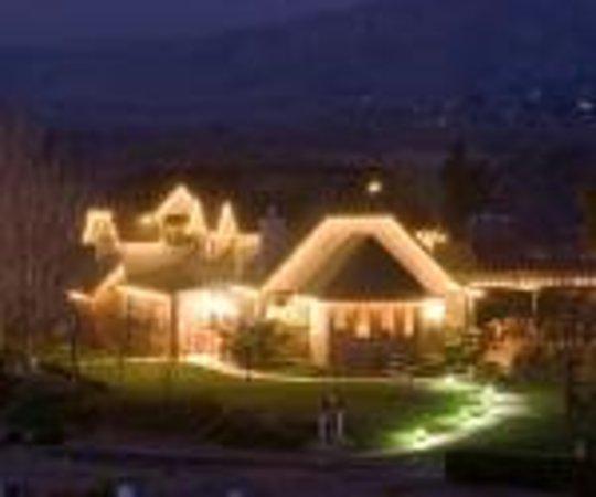 San Marcos Creek Vineyard: The tasting room all lit up!