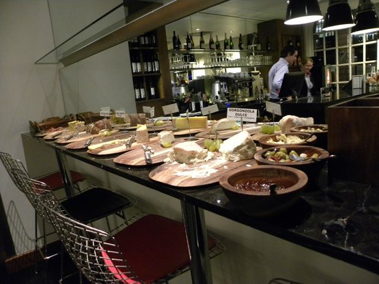 The Z Hotel Victoria: Buffet de Queijos e Frios