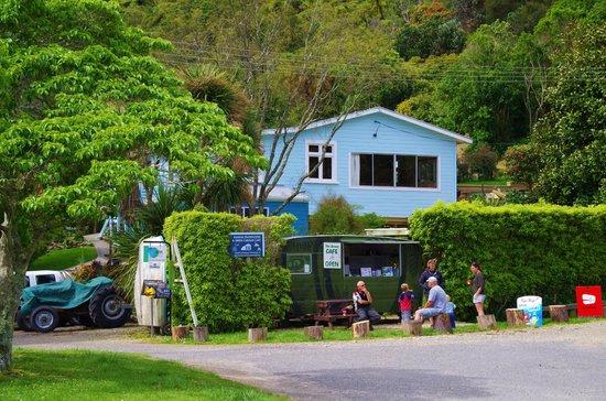 Anakiwa 401: Anakiwa Backpackers.  Visitors enjoying a coffee and a chat at the caravan cafe