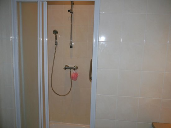 Montovani Hotel : The shower