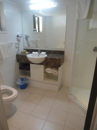 Palm Grove : Garden bungalow bathroom