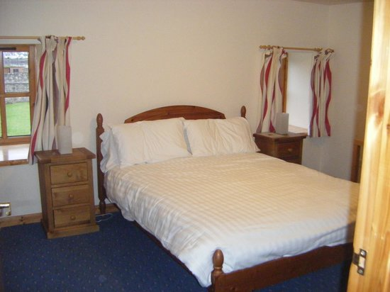 Dolphin Bay Suites: Large bedroom