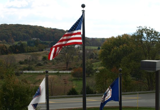 Hampton Inn Waynesboro / Stuarts Draft : Flags Flying in Front