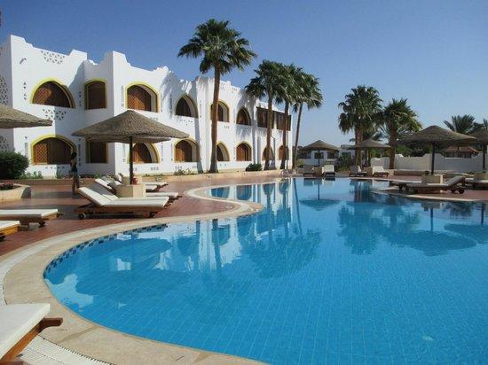Domina Coral Bay Prestige Hotel: Vue d'une des piscine et d'un bâtiment du Prestige