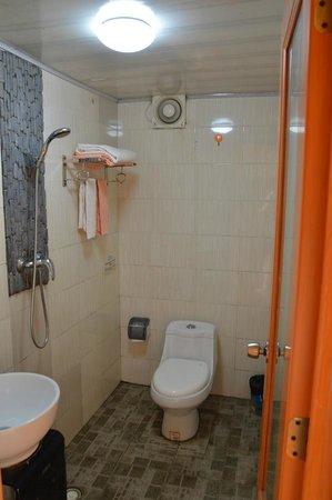 Long Ji One Hotel : Basic bathroom