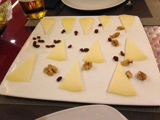 Restaurante La Despensa: Plato de queso de cabra muy escaso en cantidad